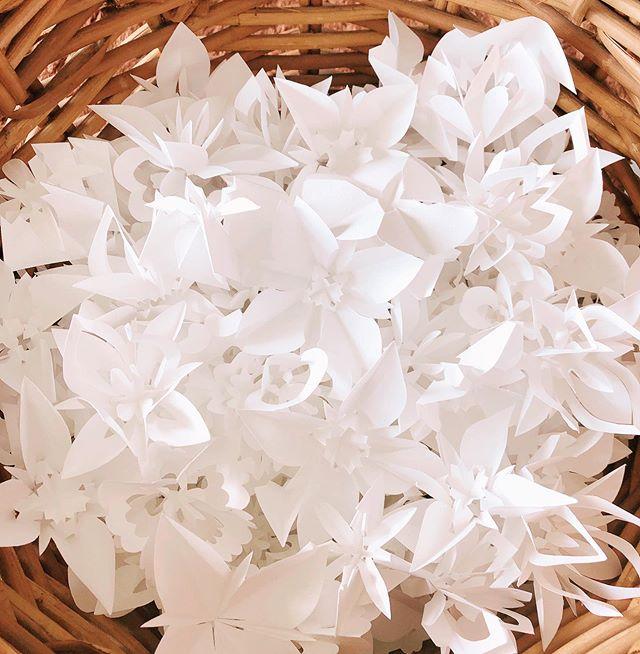 折花* 精油を1滴垂らして  ディフューザーとしてお使いいただけます。  一枚の紙からたくさんのお花が三谷先生(orihana.com)の魔法のカットから生まれています❣️ 練習したお花でも 皆さんが喜んで受け取って下さいます♪ 感謝💕  #折花#ディフューザー#精油#アロマ#癒し#可愛い#手作りディフューザー#折り紙#craft-charm.com